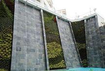 Jardines verticales en Grecia - Ikos Oceania Club / En 2016 este Ecosistema Vertical  fue construido en Thessaloniki (Grecia). Está compuesto por tres muros verdes que suman 120 metros cuadrados. Para la ejecución, llevada a cabo en tiempo récord, se necesitaron casi 3.500 plantas.