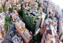 El jardín vertical más grande del mundo en Colombia / En el año 2015 se construyó el jardín vertical más grande del mundo en Bogotá (Colombia). Alcanza un tamaño superior a los 3.100 metros cuadrados y se emplearon cerca de 84.000 plantas en su construcción.