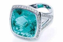 Schmuck / Auf dieser Pinnwand finden Sie Diamantringe, Diamantarmbänder, Diamantohrstecker, Diamantanhänger und Diamantcolliers.