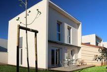 Résidence Nova Home à Saint Bres (34) / Idéalement située à SAINT BRES, ZAC de Cantaussel NOVA HOME c'est 15 villas BBC du T3 au T4 avec garage et jardin, sur des parcelles de 135 m² à 289 m² de terrain dans l'agglomération de Montpellier. L'opportunité d'acheter sa maison en BBC dans un domaine sécurisé aux portes de Montpellier est un privilège rare.