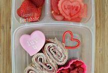 Valentijn Lunch Bento / Leuke ideeën, tips, recepten en inspiratie voor lunches met het thema Liefde & Valentijn! Verras je Valentijn met een lunch, eten gaat door de maag! Leuk om je kinderen mee te geven naar school in de lunchtrommel, broodtrommel, lunchbox, bento box. Denk aan hartjes fruit of brood, rood, roze. Een gezonde en gevarieerde lunch.