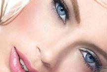 "interesting eyes / Μάτια που έχουν ενδιαφέρον χρώμα κι όχι σαν κάτι εντελώς αδιάφορα καστανά.  Εξ ου και η ατάκα:  ""Το χρώμα των ματιών σου μου είναι εντελώς αδιάφορο""."