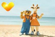 Lollo & Bernie / Tjäreborgin Sunwing-perhehotelleissa kiltti kirahvi ja hänen halattavan suloinen karhukaverinsa ovat heti huomion keskipisteessä heidän saapuessaan aamiaiselle tai uima-altaalle. Maskoteilla on myös oma MiniLand leikkikaluineen, kirjoineen ja pihalla on myös osittain auringolta suojassa oleva leikkialue, jonne kaikki lapset ovat tervetulleita. Tjäreborg - Holiday is where the heart is!