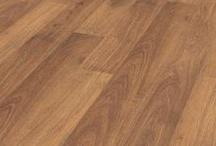Tarima laminada Krono Castello AC-4 / Dale a las estancias más vivas de la casa el toque de distinción y calidez que sólo la madera puede aportar. Con la tranquilidad que da elegir uno de los productos más duraderos de toda la gama (hasta 15 años, garantizado). Dispones de una amplia colección de diseños exclusivos que ofrecen apariencia de madera maciza.