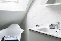 BADRUM - Bright / Med Bright får du en väldesignad möbel som passar i stort sett alla badrum. Serien finns i vitt med 3 olika designer och med två olika vackra porslinstvättställ. Lådinredningen i Bright är en svart trälåda som kontrasterar vackert till den vita möbeln.  Enkelt att köpa - lätt att älska!