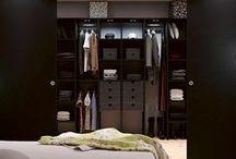 FÖRVARING - Backstage / Profilen Backstage med dörr och inredning i utförande Svart Struktur. Inredningen är byggd från en centrerad lodlinje vilket ger harmoni. Genom att låta dörr och skåpinredning färgmatcha andra möbler blir förvaringsutrymmet en förlängning av rummet. Klädkammare, walk in closet eller garderob - med rätt inredning vill du gärna glömma dörren öppen.