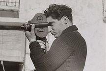 """Robert Capa / André Friedman: (1913-1954)  Fotógrafo húngaro y corresponsal de guerra. En 1936, junto con su compañera Gerda Taro (1910 - 1937), inventaron la figura de Robert Capa, fascinante periodista estadounidense, al principio utilizada por los dos. Aunque la ficción no tardó en ser descubierta, él decidió conservar ese nombre. Murió en Vietnam. """"Si tus fotos no son lo suficientemente buenas, es que no te has acercado lo suficiente""""-Robert Capa"""