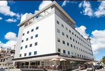 Hotel Canasvieiras Internacional / O mais novo empreendimento da Rede Mar de Canasvieiras – o Hotel Canasvieiras Internacional está localizado na Praia de Canasvieiras ao norte da ilha de Santa Catarina, apenas 100metros do mar. O hotel oferecerá estrutura moderna, com apartamentos amplos e completos.