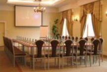 Konferencje i imprezy firmowe / Hotel został wybudowany z myślą o świadczeniu wysokiej jakości usług dla biznesu: znajduje się tutaj kilka dobrze wyposażonych sal konferencyjnych oraz przestrzeń rozrywkowa z zapleczem gastronomicznym. Jednocześnie, jest to miejsce, w którym komfort i wygoda gości przybywających tutaj na spokojny wypoczynek poza miastem jest priorytetem dla wszystkich, którzy pracują nad tym, aby to miejsce było wyjątkowe.