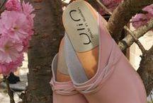 Sabots et sandales suédoises / Esprit Nordique par essence, nos sabots et sandales YLIN en bois sont travaillés en Suède notamment, avec des lignes et des couleurs Françaises qui apportent une touche recherchée à vos tenues. Des chaussures durables qui garantissent votre bien-être .