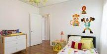 Zirkus im Kinderzimmer | creatisto / Hip hip hurray. Mit unseren bunten Ideen fürs Kinderzimmer verwandelst du das Zimmer deiner Kleinen blitzschnell in eine Zirkusmanege! Egal ob grün, blau oder pink, hier ist für jeden die richtige Deko dabei. Auch Möbelinspirationen oder schicke Vorhänge und Teppiche sind dabei. Wie wäre es z.B. mit einem Wandtattoo oder einer Klebefolie für den Schrank mit dem liebsten Superhelden?