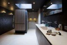 Natuurlijke badkamer / Natuurlijke basiskleuren bieden veel vrijheid in de verdere styling. Zwart en wit kleuren er fraai bij maar ook houttinten of zelfs felle signaalkleuren