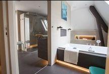 Badkamer schuin dak / Lastige ruimte, het mooiste resultaat. In veel woningen heeft de badkamer één of zelfs meerdere schuine wanden. In zo'n situatie is een slimme indeling extra belangrijk om de beschikbare ruimte optimaal te benutten.