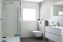 All-in badkamer € 12.995,- / Deze strakke complete badkamer heeft een frisse uitstraling en heeft alles wat u wenst in een badkamer die dagelijks intensief gebruikt wordt. Deze badkamer beschikt over een ruime douchebak met een luxe douchecabine en regendouche, een badkamermeubel met 2 grote lades en chromen kraan en een luxe toiletcombinatie uit het Baderie huismerk assortiment. De stijlvolle antraciet metallic designradiator en de mooie grote wandtegels maken deze All Inclusive badkamer helemaal compleet!