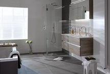 All-in badkamer € 15.995,- / Deze All-in badkamer is de meest luxe en uitgebreide badkamer uit de All-in collectie van Baderie. Deze prachtige complete badkamer heeft een exclusieve uitstraling door het grote duo ligbad, ruime inloopdouche met inbouwkranen, witte designradiator en een bijzondere wasmeubel inclusief luxe spiegelkast. De tegelstroken en de mooie strakke witte wandtegels geven een extra luxe uitstraling aan deze badkamer.
