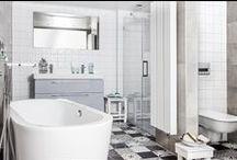 Vintage Line badkamer Mixed Floor / Zelfde badkamer als de Vintage Line Blue Wall, maar door het toepassen van andere tegels kunt u uw eigen look creëren. U ziet hoe sterk de sfeer verandert wanneer we de witte houten vloertegels en handgevormde muurtegels vervangen door een mooie Portugese patchworkvloer met de witte muurtegeltjes.