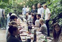 długie stoły zastawione jedzeniem