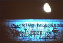 Berlijnse muur. / De Berlijnse muur viel 25 jaar geleden. Dit bord heeft veel foto's van voor en na de val van de muur. Op dit bord ook veel eigen foto's gemaakt omstreeks 1986.