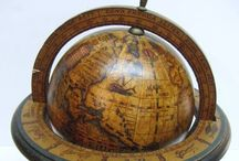 Kaarten en globes. / Oude kaarten en globes.