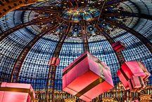 Kerst in het warenhuis. Parijs, Londen, Amsterdam / Kerst in o.a. galerie Lafayette Parijs, Harrods in Londen en in de Bijenkorf in Amsterdam.