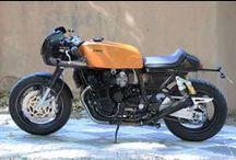 Mean Machine Cafe Racer Obsession / La Mean Machine, con base Yamaha XJR 12OO, es una mezcla entre una moto de resistencia de los años 7O y una moto deportiva de los años 9O. By CRO.