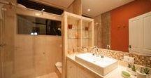 """Banheiro """"pra """" todo gosto! / A variedade dos materiais e o perfil diferenciado dos clientes permite muitas possibilidades. Banheiros diferentes para todos os gostos!"""