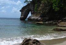 Dominique / Dominica / Dominique est un pays et une île de l'archipel des Caraïbes, localisée entre les îles françaises des Saintes, et Marie-Galante (deux dépendances de la Guadeloupe) au nord et de la Martinique au sud. L'économie dominiquaise dépend surtout du tourisme et de l'agriculture. La population est très majoritairement d'origine africaine, 70 % de celle-ci est catholique. On note également la présence de la dernière population indigène des Antilles, les Caraïbes, comptant 3 000 individus. / by Nedim Chaabene