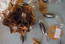 """Kusudamas / O kusudama, em sua tradução literal, significa """"bola de remédio"""" (kusu = kusuri = remédio e dama = bola) e consiste em um origami modular (união de várias peças que podem ser coladas). Atualmente os kusudamas não possuem mais fins medicinais, apenas desejam os votos de saúde, proteção e felicidade em decoração."""