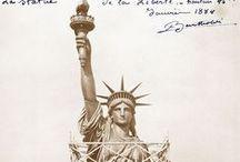 La construction de la statue de la Liberté / La Liberté éclairant le monde plus connue sous le nom de Statue de la Liberté (Statue Of Liberty), est l'un des monuments les plus célèbres des États-Unis. Cette statue monumentale est située à New York, sur l'île de Liberty Island au sud de Manhattan, à l'embouchure de l'Hudson et à proximité d'Ellis Island. Ce cadeau du peuple français aux États-Unis  débuta à l'automne 1875 par une campagne de promotion. L' Inauguration aura lieu le 28 octobre 1886.