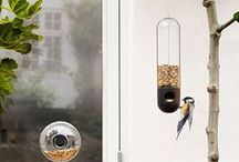 For Birds & Bees & Bugs / Een verzameling van de mooiste en origineelste moderne vogelhuisjes voor in de tuin of op het balkon. De meeste vogelhuisjes worden met de hand gemaakt.