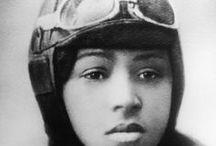 Bessie Coleman / Bessie Coleman (née le 26 janvier 1892 à Atlanta, Texas et morte le 30 avril 1926 à Jacksonville, Floride) est une aviatrice américaine. Elle est la première femme noire au monde à pouvoir piloter et la première personne d'origine afro-américaine à détenir une licence de pilote qu'elle obtient en 1921. (source Wikipédia)