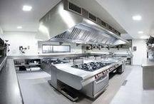 Mobiliario de cocina industrial GAMADECOR / GAMADECOR ofrece el equipamiento integral para cocinas industriales y con las máximas prestaciones de todos los apartados que engloban al restaurante. La amplia variedad de materiales y opciones para cocinas industriales de GAMADECOR permiten configurar soluciones a medida para cada proyecto concreto.