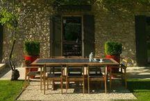 Valteck par Les Jardins® / le teck sublimé, une table extensible, pied central pliant, ouverture automatique des plateaux, l'entretien facile du revêtement hpl finition ardoise.