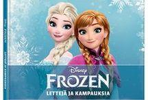 Frozen / Frozenin huikea tarina sijoittuu kristallisiin talvimaisemiin. Prinsessa Anna lähtee vuoristoon etsimään sisartaan Elsaa, joka omissa kruunajaisissaan taikoi vahingossa ikuisen talven kuningaskuntaan. Rakastetun Disneyn Frozen-elokuvan tuotteet - lelut, tekstiilit, satuklassikon ja dvd:n voit nyt ostaa Lasten Oman Kirjakerhon verkkokaupasta. Uppoudu Frozenin huurteisen lumoavaan maailmaan!