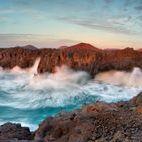 Lanzarote / Lanzarote punktet mit zahlreichen Traumstränden, die ganzjährig zu Spaziergängen, zum Surfen, Baden, Segeln und Tauchen oder einfach zum Verweilen einladen.