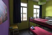 Camere Multiple - Dormi / scordatevi le grande stanze e la lunga fila di letti ma pensate a comode camere pulite e colorate con 4/6/8 posti letto, ognuna con il proprio bagno. Camere completamente rinnovate, luminose, con bagno privato con doccia, wc, bidet, aria condizionata, scrivania, armadietto singolo con chiusura a chiave, telo doccia e tappetino, biancheria da letto, coperte, luce da lettura, connessione wi-fi gratuita.  Sono disponibili posti letto per ospiti diversamente abili.