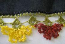 BRODERIE OYA / est une broderie turque originaire d'Anatolie. Elle est réalisée avec une aiguille et un fil très fin (soie, coton ou lin). Elle peut être agrémentée de rubans, de perles de rocaille ou des perles de bugle ce qui la rend particulièrement délicate, précieuse, raffinée et très élégante.