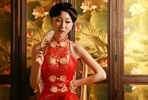 Chinese Bride Gown red / Pipa plackets Red Qipao gown matching Chinese round fan, make the bride graceful and noble. Sleeveless Pipa Qipao gowns are more suitable for tall girl.