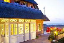 Unsere 4 Häuser ♥♥♥♥ / Zu unserem Hotel-Ensemble gehören vier romantische Häuser: das Hotel & Restaurant Namenlos, das Hotel Fischerwiege und die beiden urgemütlichen Gästehäuser Bergfalke und Dünenhaus.  #HotelNamenlos #HotelFischerwiege #Bergfalke #Dünenhaus #Ahrenshoop #RomantikHotel