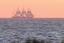 Ostsee. Schöne Schiffe. / Unsere Café-Terrasse bietet einen wundervollen Blick auf die fahrenden Schiffe auf der Ostsee: Traumschiffe der Aida, imposante Segelschulschiffe, beeindruckende Containerschiffe, romantische Segelboote … Die Kadetrinne für die großen Schiffe führt an Ahrenshoop vorbei.