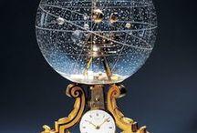 Marcadores de tempo... / Gosto de relógios. Nem precisam de funcionar. A magia de um mecanismo capaz de controlar o mundo, mas que se quiseremos, nós controlamos.