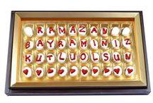 Harf Çikolata - Mesajlı Çikolata / Şekercity'de özel günlerinizde sevdiklerinize gönderebileceğiniz en güzel hediye harf çikolatalar. Badem Şekeri çikolatalar ile yazılan sevgi mesajları ya da daha kalıcı olmasını isterseniz kutu harfler ile yazdıklarınız ile mutluluğu doruklarında yaşatacak lezzetler