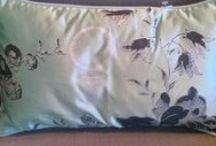 Kussens & plaids / Cushions & plaids / Uni, met motief, naturel, colorful; wol, zijde, linnen, katoen, leer, huiden.  De mix maakt het spannend!