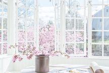 decorate | spring / Dekorera efter säsong. Dekorera våren med ljusa färger, vårblom och grenar i knopp / Decorate by season. Decorate spring time with spring flowers and twigs and light colours.