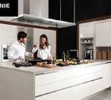 Kuchnia nowoczesna CRISTALLO / Kuchnia marki WFM KUCHNIE. Kuchnia w stylu nowoczesnym. Zastosowano system bezuchwytowy, aby lepiej wyeksponować powierzchnię frontów. Program CRISTALLO - to charakterystyczny front pokryty akrylem z optyką szkła, przez co zyskuje specyficzne walory dekoracyjne.