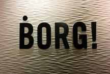 BORG ! / Borg! est une collection de panneaux décoratifs en bois naturel texturé dont le nom est directement issu du bruit de l'énorme presse industrielle qui vient emboutir la surface du bois. Cette collection destinée à l'agencement intérieur comprend 6 textures déclinées en 6 essences.