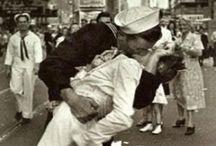 ∞ Best kisses ∞ / I ragazzi che si amano, si baciano in piedi contro le porte della notte.