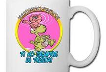 MerchandisingPlaza / MerchandisingPlaza include tutti i prodotti realizzati attraverso le immagini dei nostri personaggi a fumetti e le vignette satiriche dei nostri disegnatori: T-shirt e Abbigliamento in genere, Peluche, Gadgets, Giochi, Linea scuola, e tanto altro...