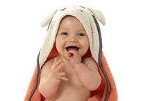 / LE BAIN / / Pour faire du bain de bébé un moment ludique et agréable, découvrez une collection complète de linge de bain pour bébé, signée Sucre d'Orge : peignoirs, gants, serviettes, maillots de bain… Chaque linge de bain est personnalisable avec le prénom de l'enfant : un cadeau de naissance original qui réjouira les nouveaux parents. #sucredorge #bain #bébé