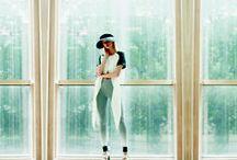 """Fashion by 'Daili' / Daili - mados prekės ženklas, atpažįstamas dėl savo unikalaus braižo. Kolekcijas kuria žinoma drabužių dizainerė Laura Dailidėnienė.  Aštrūs kirpimai, simetriniai taškai, bei origamio lankstinys – pelėdžiukas yra """"Daili"""" prekės ženklo simboliai, atsikartojantys kolekcijose.  """"Daili"""" drabužius nešioja šiuolaikiška moteris kuri vertina kokybę ir išskirtinumą."""